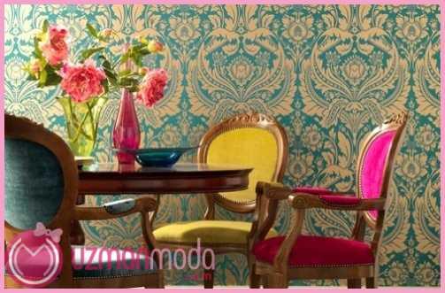 Canli-renkler-ile-tasarlanmis-mavi-damask-desenli-duvar-kagidi-ile-dekore-edilmis-romantik-yemek-masasi-ornegi.jpg